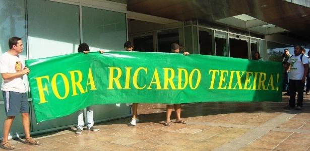 Torcedores protestam pela saída de Ricardo Teixeira da presidência da CBF