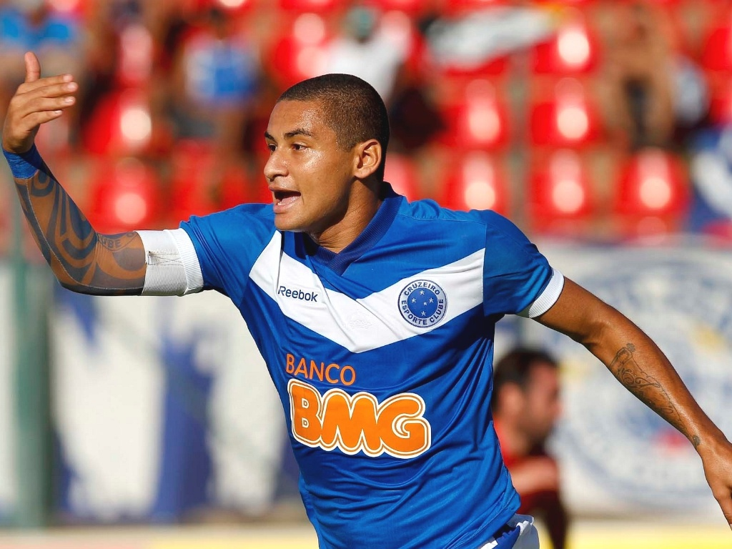 Wellington Paulista comemora gol do Cruzeiro diante do Amrica-TO (3/3/2012)