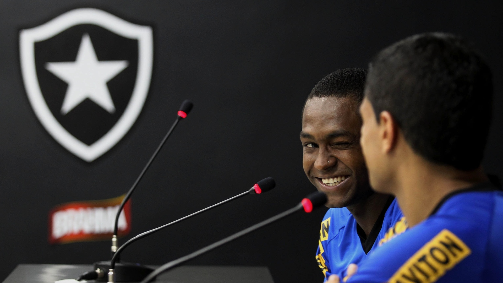 Jobson sorri durante coletiva de imprensa no Botafogo (15/02/2012)