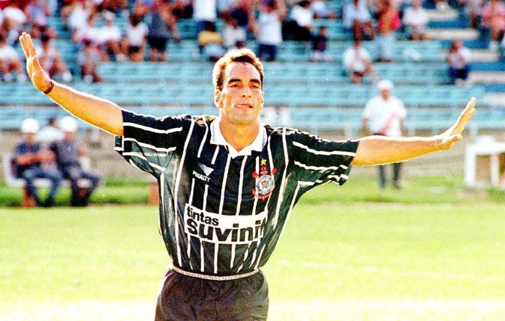 Edmundo comemora gol pelo Corinthians em 1996, em goleada por 5 a 0 sobre o São Paulo