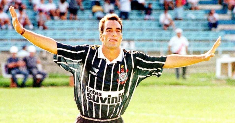 Edmundo comemora gol pelo Corinthians em 1996, em goleada por 5 a 0 sobre o So Paulo