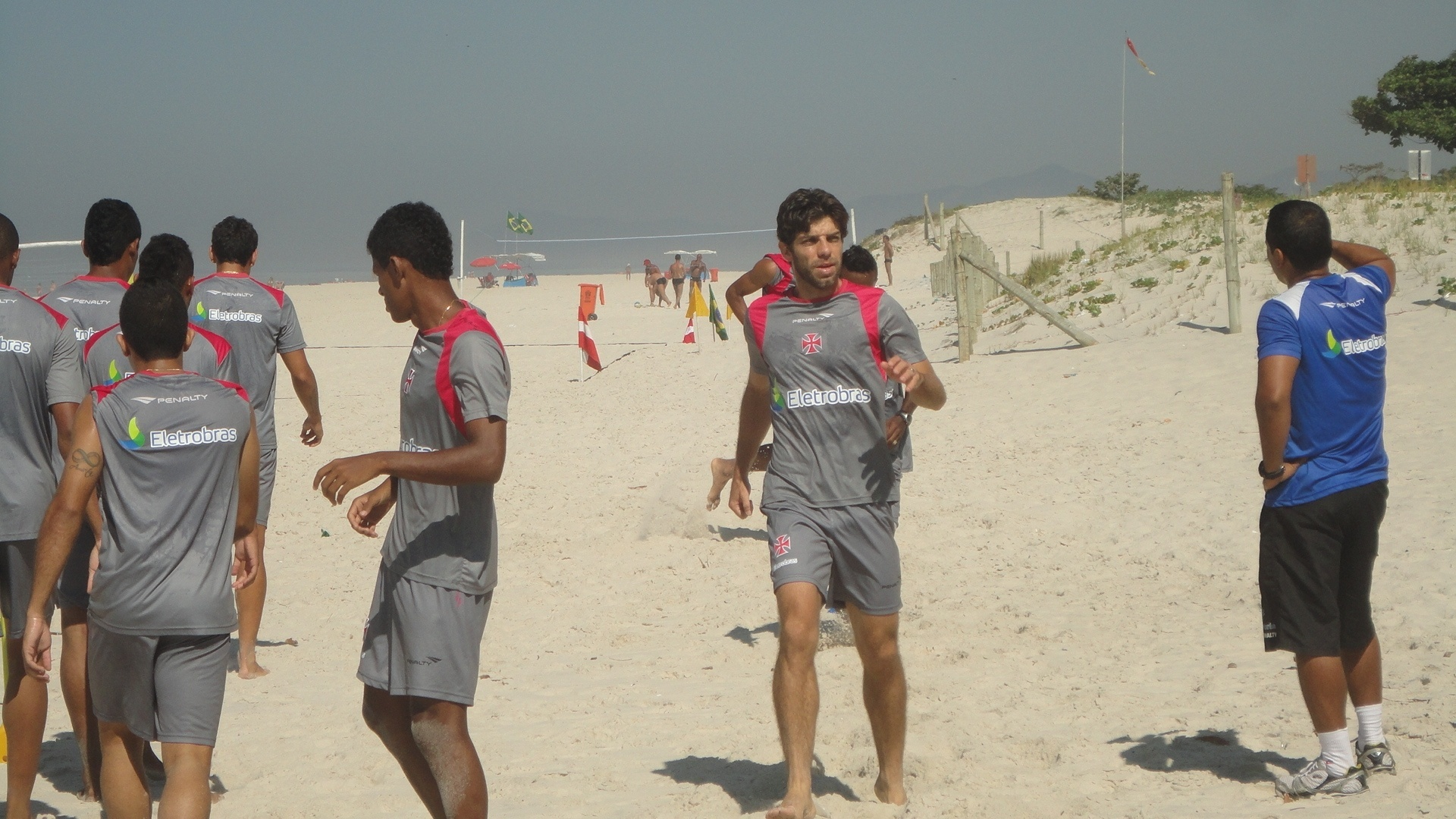 Juninho participa de treinamento em praia no Rio de Janeiro (14/03/2012)