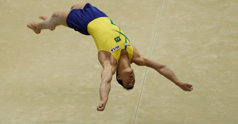Diego Hypolito faz uma acrobacia na final de solo do Mundial de gin&#225;stica (15/10/2011)