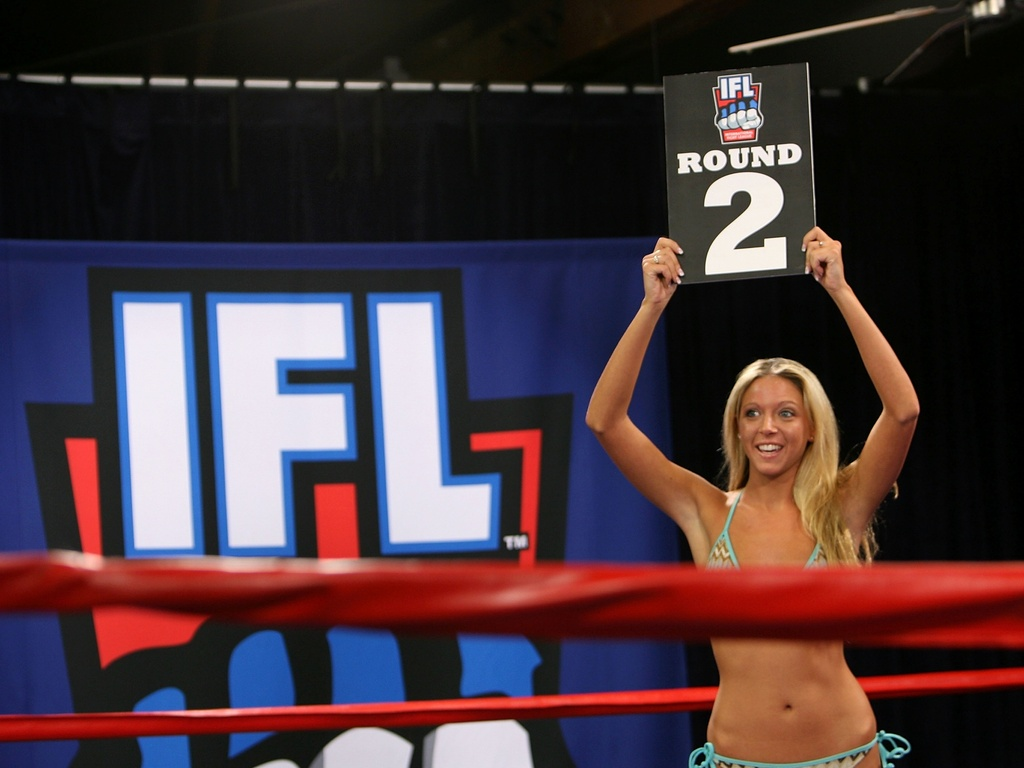 Ring girl exibe seu talento durante concurso nos Estados Unidos