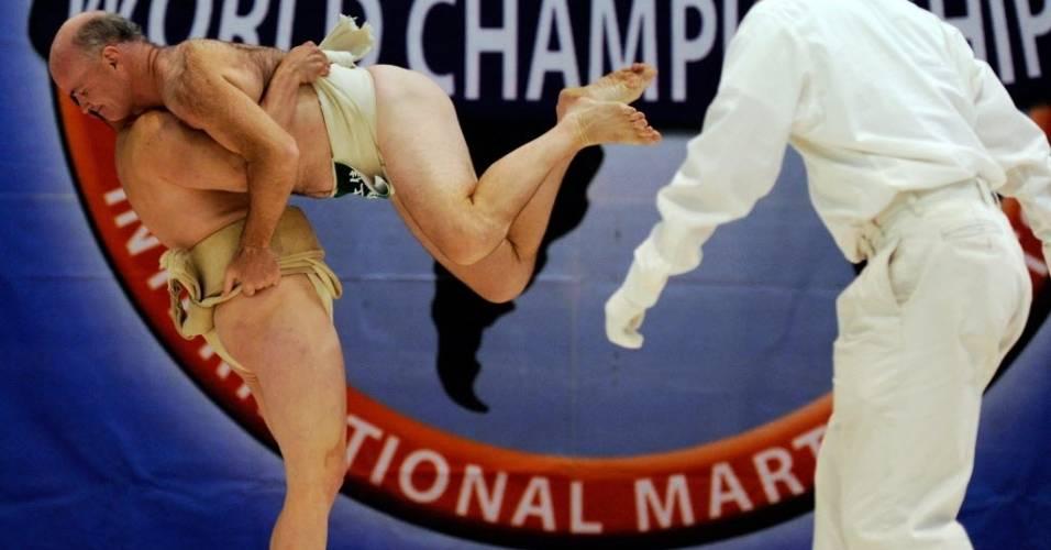 Trent Sabo puxa a tanga de Art Morrow durante o campeonato norte-americano de sumô (24/06/2011)