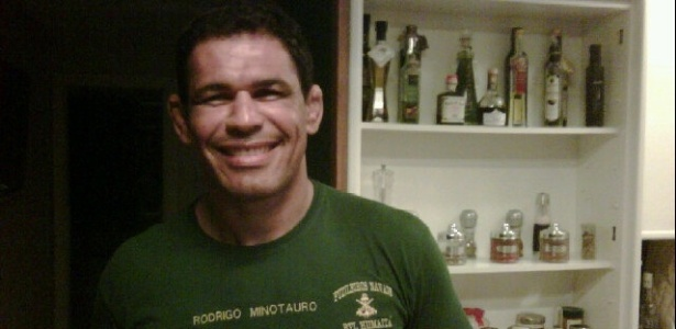 Minotauro posa com camisa que ganhou do corpo de Fuzileiros Navais do Brasil