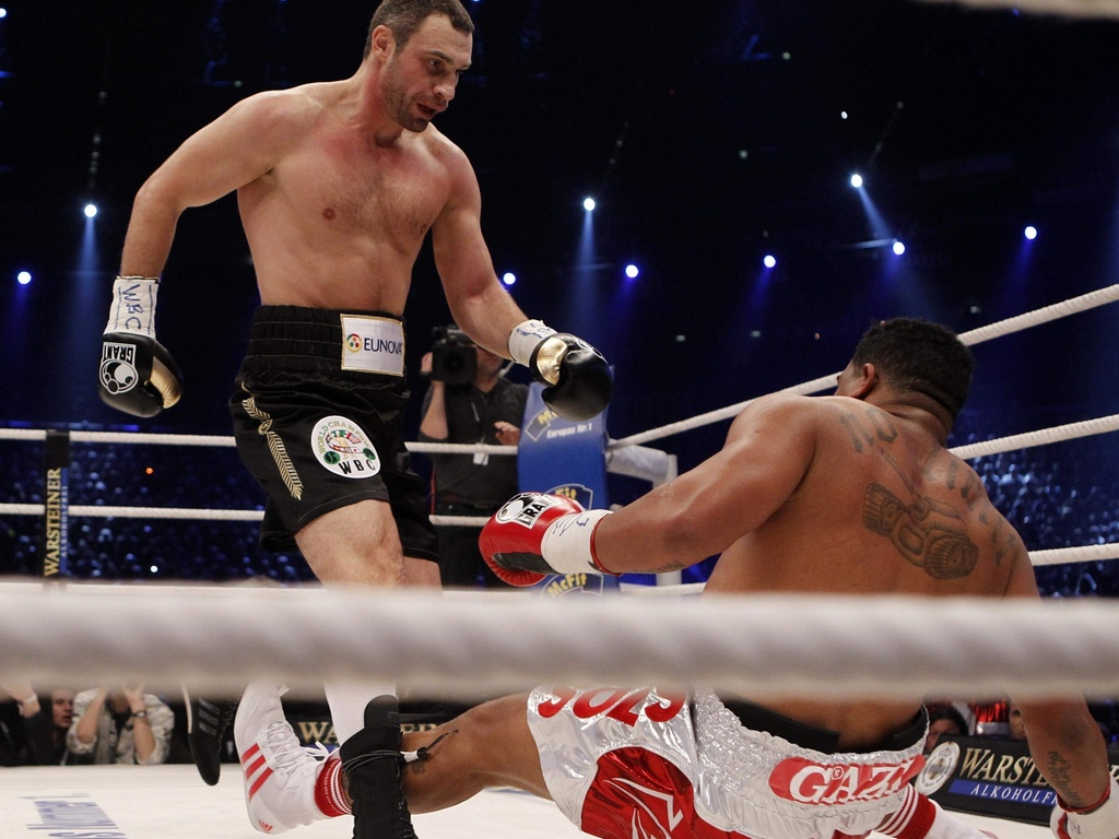 Vitali Klitschko encara Odlanier Solis em vitria do atual campeo dos pesados, com final polmico