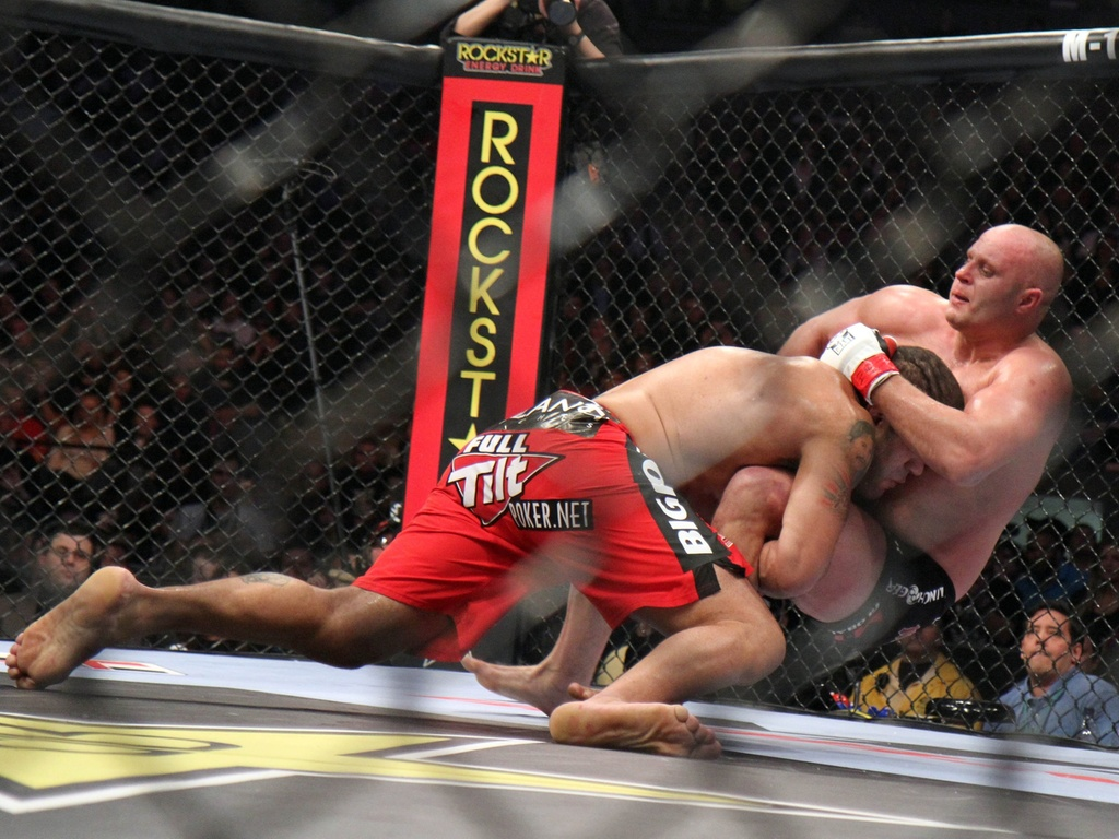 Pezo derruba Fedor na vitria pelo Strikeforce