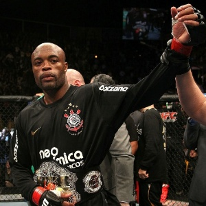 Anderson Silva com a camisa do Corinthians ap&#243;s vencer Vitor Belfort, em mar&#231;o: agora, ele &#233; atleta e ainda divide os patrocinadores com o clube