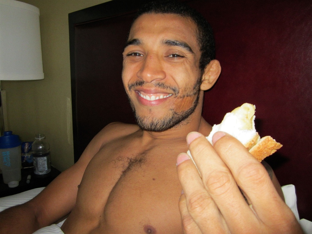 Jos Aldo se alimenta aps a pesagem do UFC 129, em Toronto