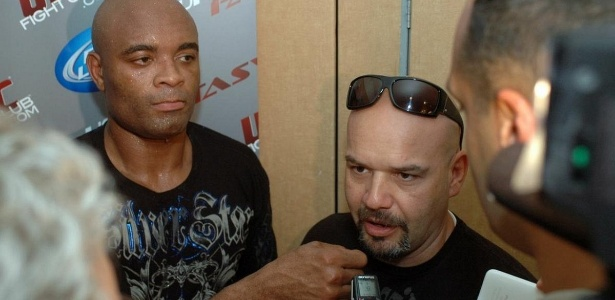 Empres&#225;rio Ed Soares (d) traduz resposta de Anderson Silva em entrevista