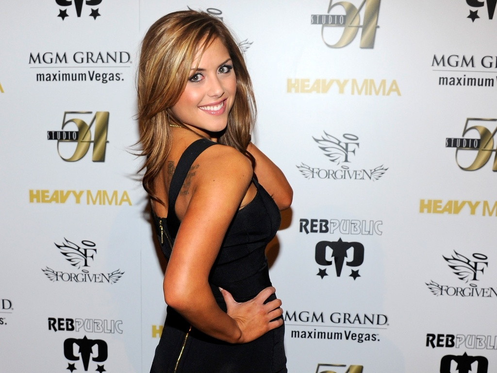 Modelo Brittney Palmer posa para fotos antes de luta vlida pelo UFC 130