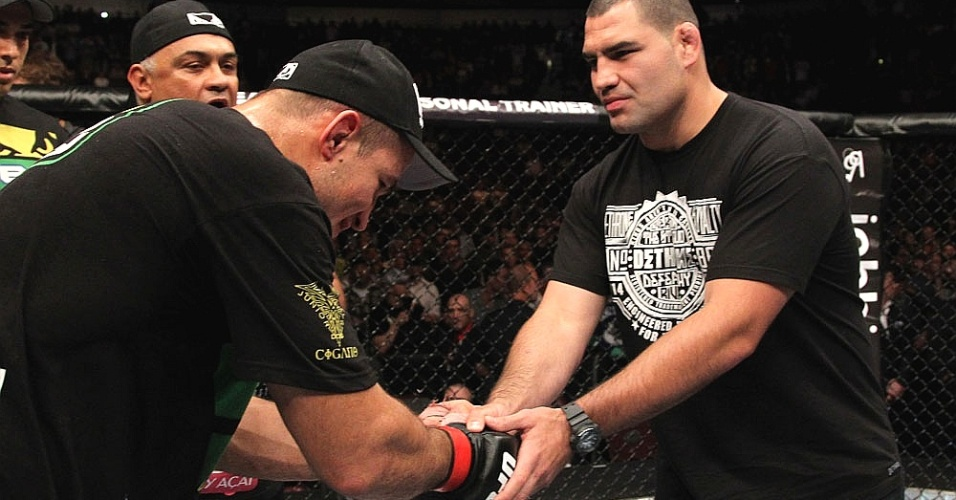 Junior Cigano cumprimenta o Cain Velsquez aps a vitria no UFC 131