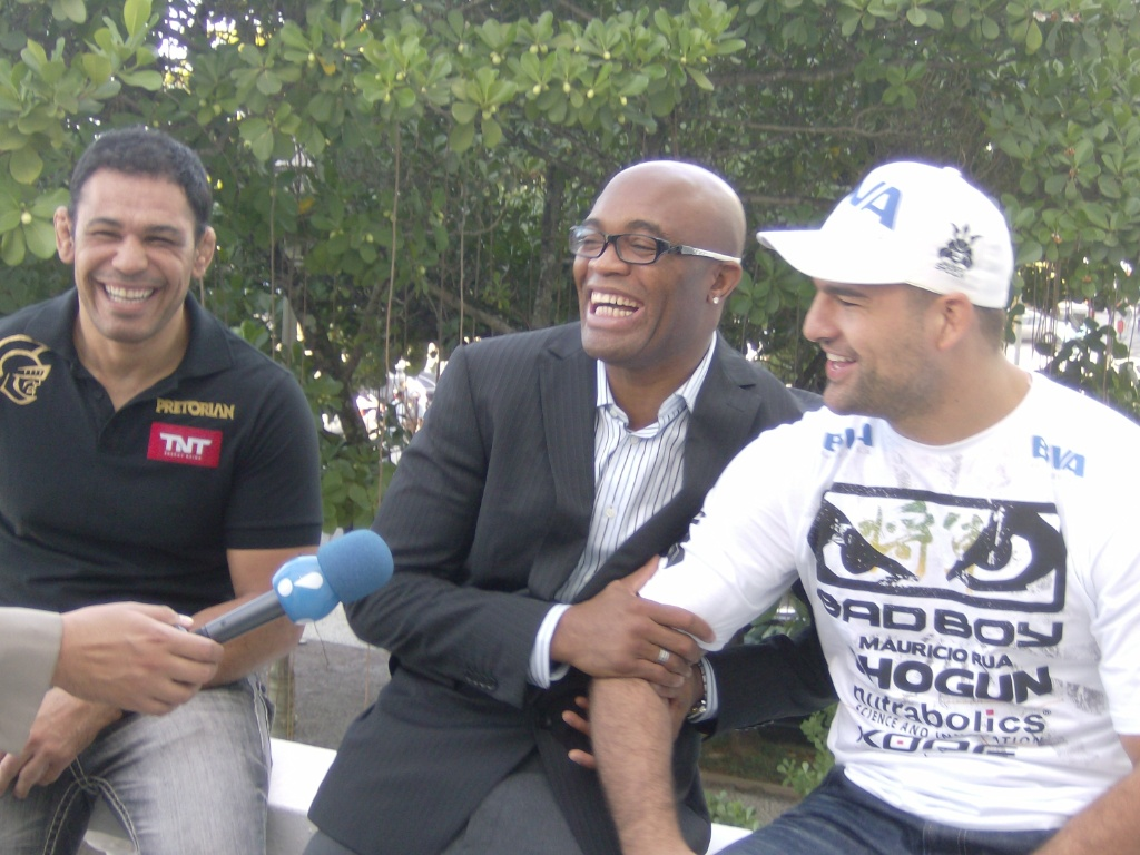 Minotauro, Anderson Silva e Maurcio Shogun se divertem antes da coletiva do UFC, no Rio