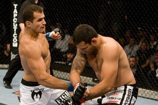 Jnior Cigano golpeia Fabrcio Werdum no UFC 90