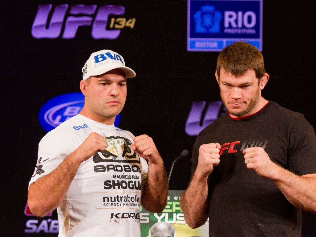 Maurcio Shogun e Forrest Griffin posam para fotos na coletiva do UFC Rio