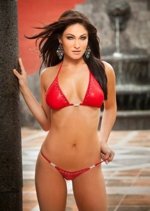 Lindsay Way ganhou concurso para ser ring girl no UFC 132