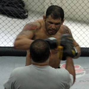 Minotauro treina boxe com Luis Drea, antes do UFC Rio