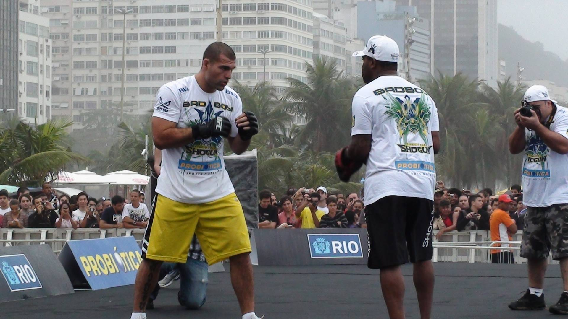 Maurcio Shogun participa de treino aberto do UFC Rio na praia de Copacabana