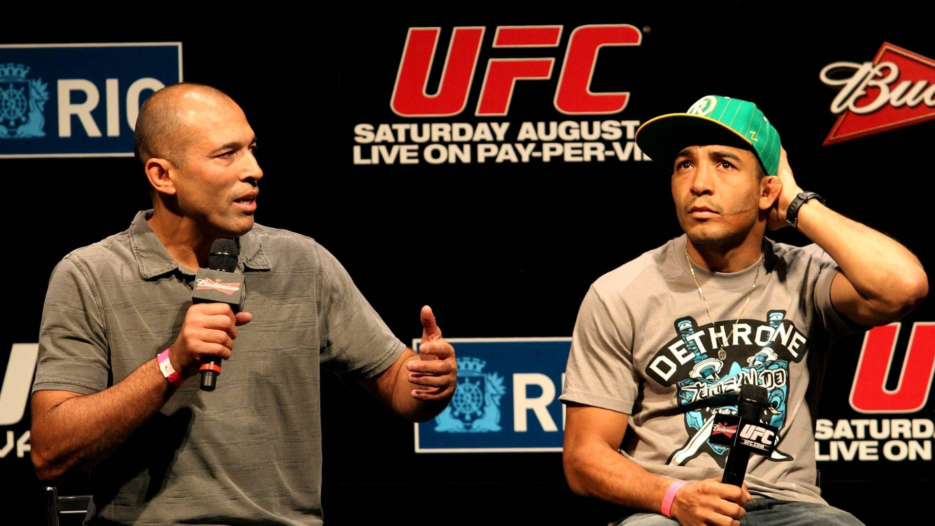 Primeiro grande campeo do UFC, Royce Gracie (esquerda) participa do evento de pesagem do UFC Rio ao lado de Jos Aldo