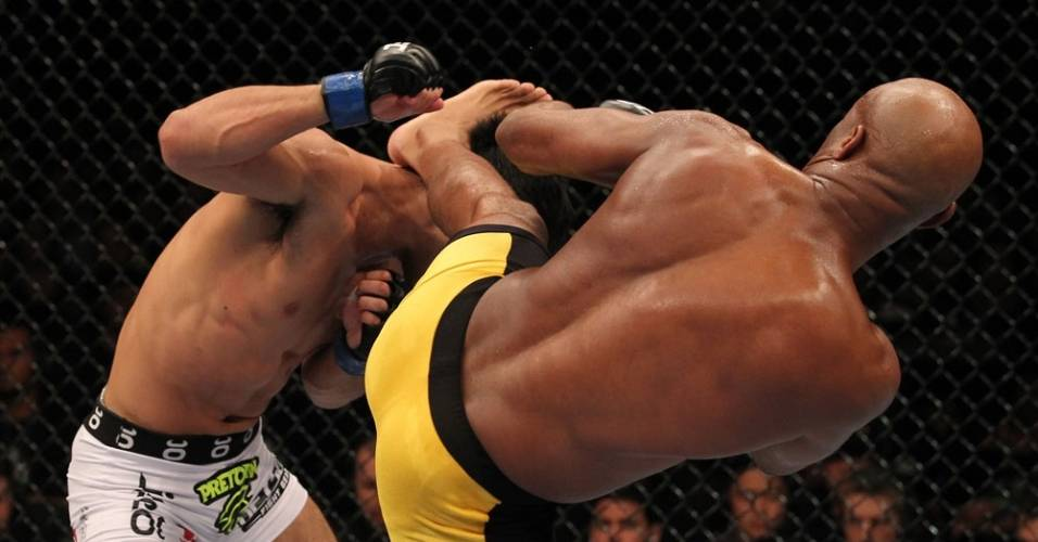 Anderson Silva acerta chute em Yushin Okami, no primeiro round da vitria no UFC Rio