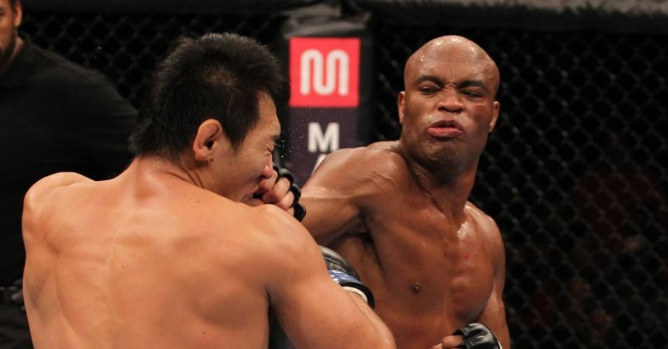 Anderson Silva acerta Yushin Okami durante a vitria por nocaute no UFC Rio