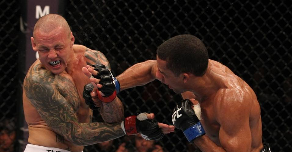 Ross Pearson faz careta ao ser atingido por soco do brasileiro Edson Barboza, no UFC Rio