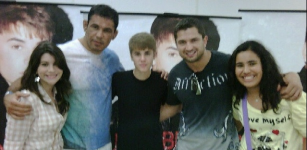 Minotauro levou sua filha para tirar uma foto com Justin Bieber aps o show do cantor no Rio de Janeiro