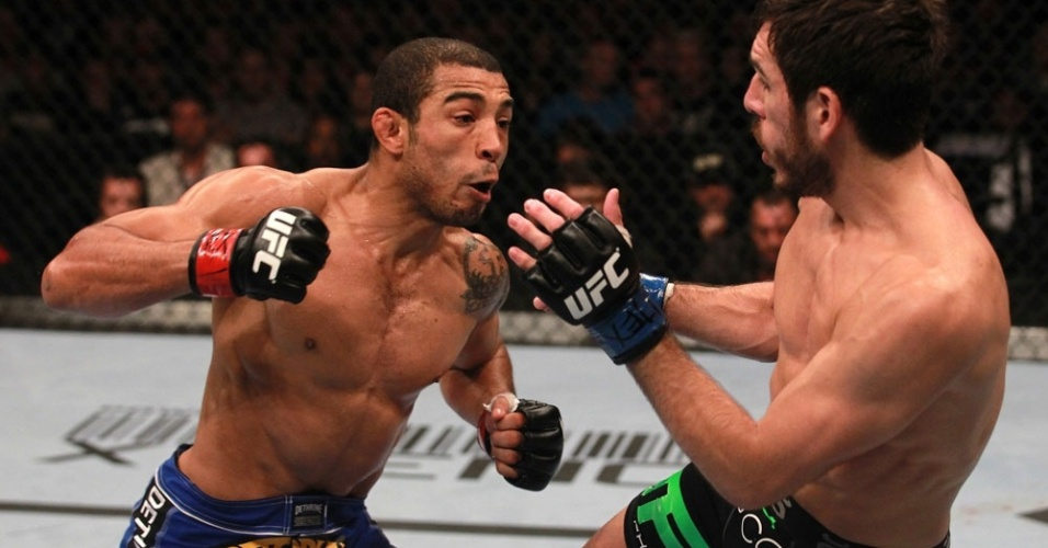 Jos Aldo tenta atingir Kenny Florian no UFC 136, durante sua vitria por pontos