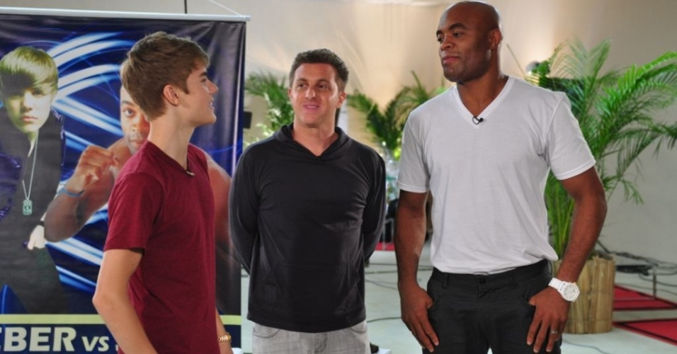 Justin Bieber, Luciano Huck e Anderson Silva conversam nos bastidores do 