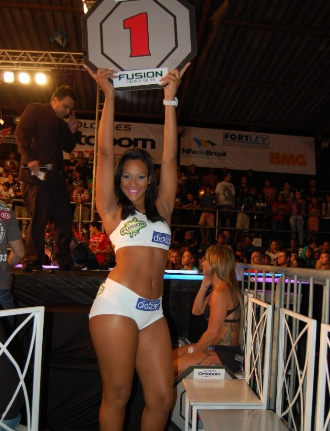 Escolhida na prpria Cidade de Deus, ring girl Karen Juliana desfila com a placa do Jungle Fight, na edio nmero 33
