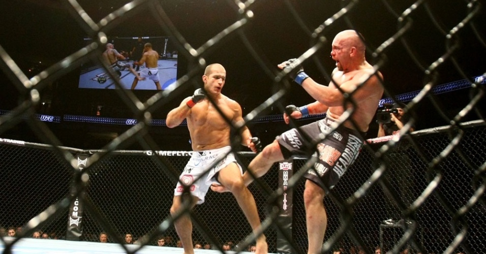 Junior Cigano encara Shane Carwin pelo UFC 131, em vitria que o colocou como desafiante ao ttulo dos pesados