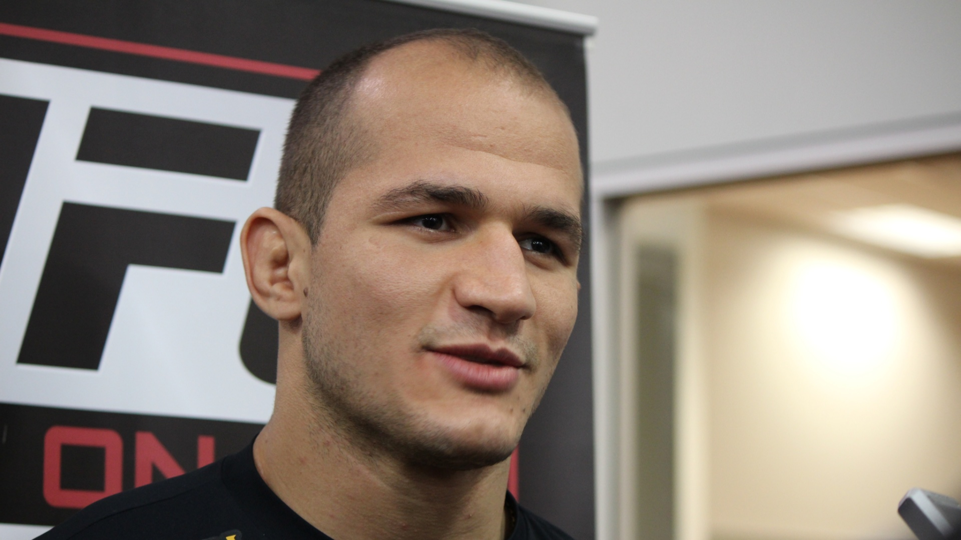 Junior Cigano concede entrevista antes da disputa do cinturo dos pesos pesados do UFC