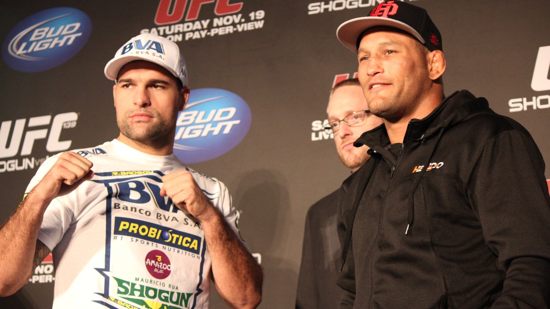 Maurcio Shogun posa com Dan Henderson aps a coletiva do UFC 139