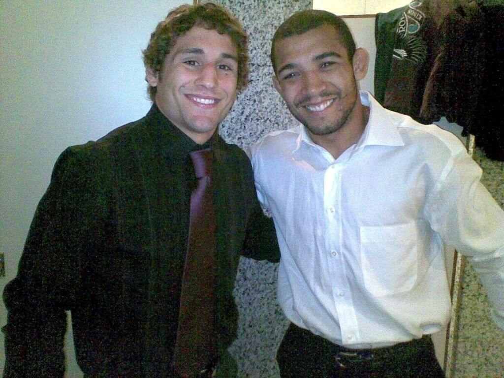 Chad Mendes e Jos Aldo sorriem juntos aps coletiva do UFC 142, no Rio, em que se enfrentaro