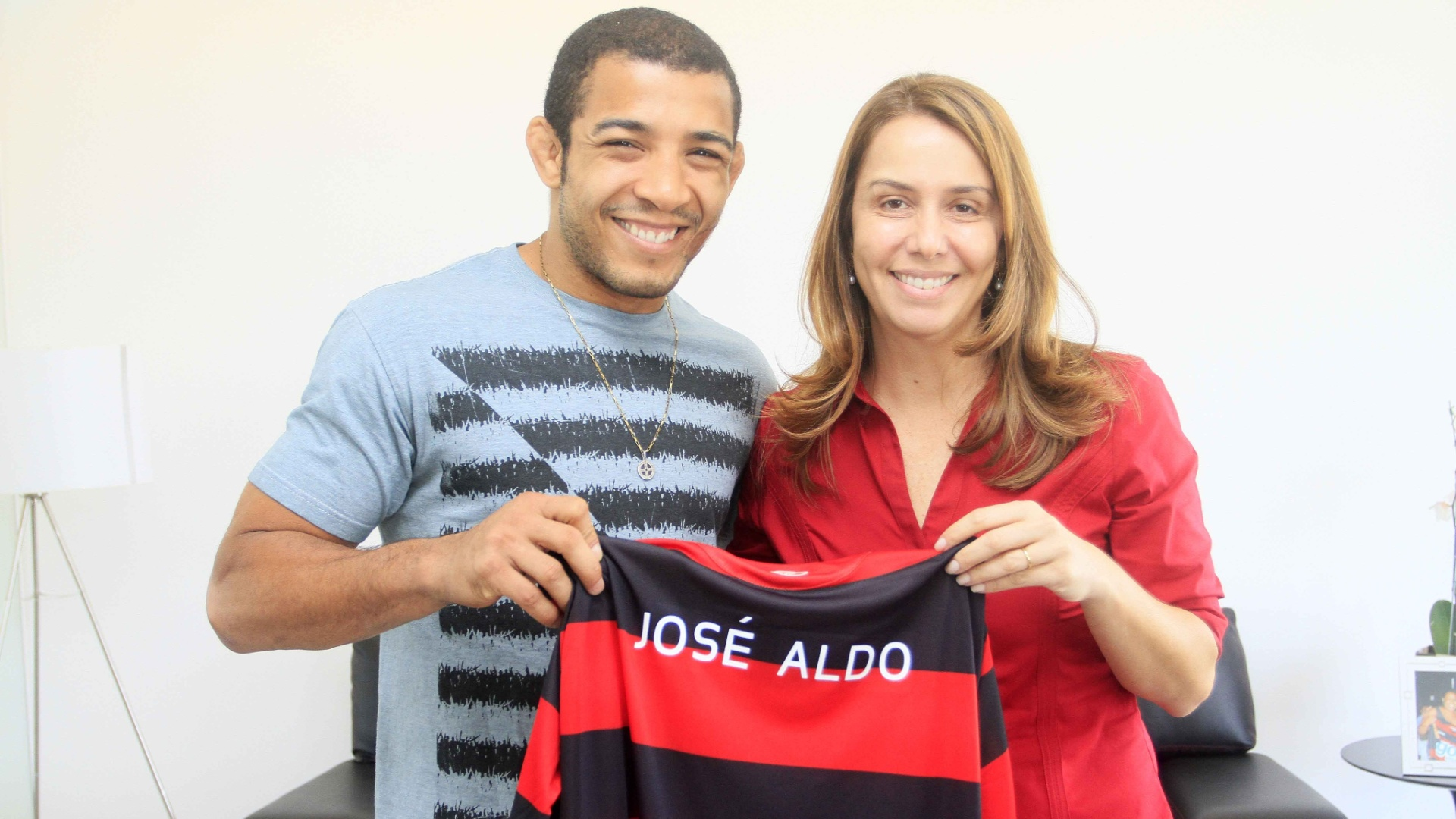 Jos Aldo posa com a camisa do Flamengo e a presidente do clube, Patrcia Amorim