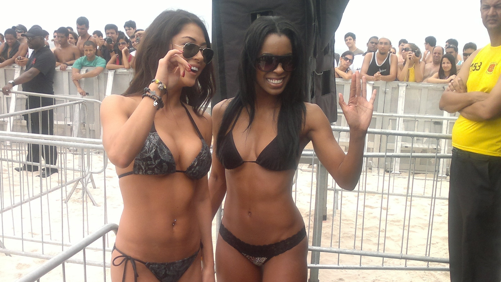 Ring girls Arianny Celeste e Chandella Powell acenam para os fs durante treino aberto do UFC Rio na Barra da Tijuca 