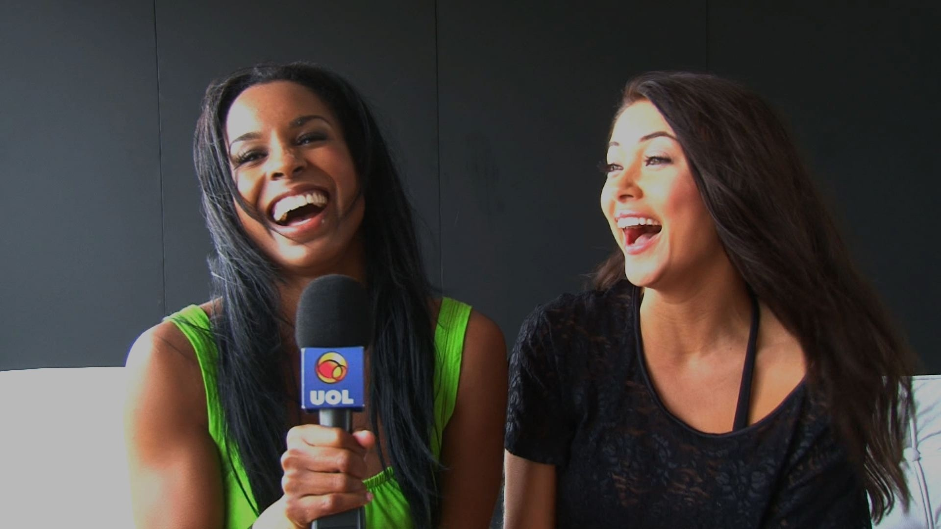 Ring girls Chandella Powell e Arianny Celeste so entrevistadas pelo UOL