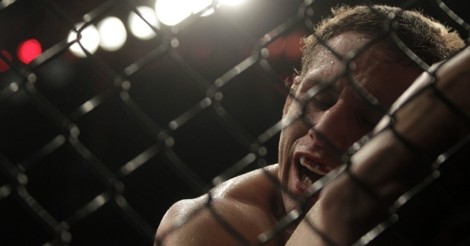 Chad Mendes  nocauteado pelo brasileiro Jos Aldo no UFC 142, no rio