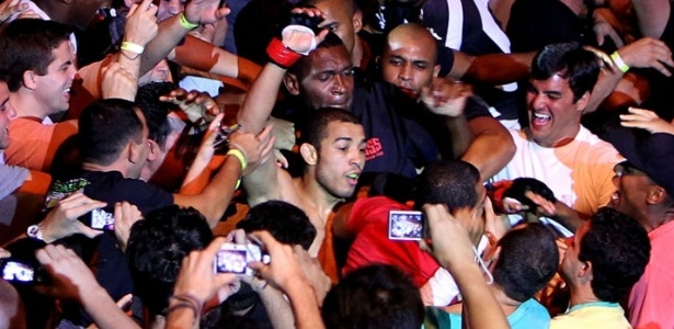 No Rio, Jos&#233; Aldo comemorou a vit&#243;ria sobre Chad Mendes no meio da galera