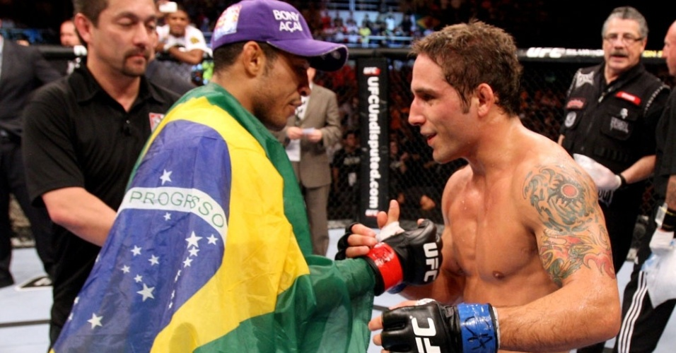 Jos Aldo cumprimenta Chad Mendes aps venc-lo no UFC Rio 2 (15/01/2012)
