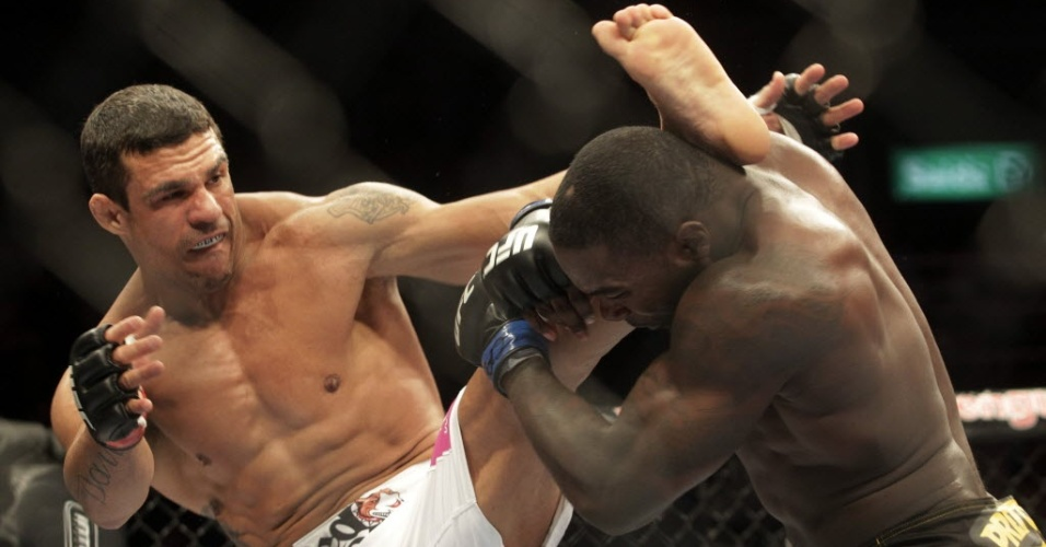 Vitor Belfort supera o norte-americano Anthony Johnson pelo UFC 142, no Rio