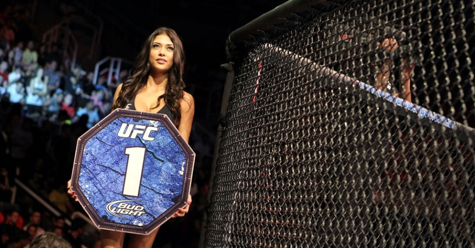 Arianny Celeste desfila pelo octgono no Rio, na segunda edio do UFC na cidade