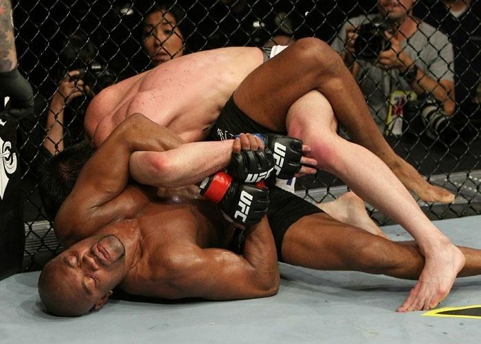 Anderson Silva tenta encaixar finalização em Chael Sonnen, no duro combate vencido pelo brasileiro em 2010, pelo UFC 117