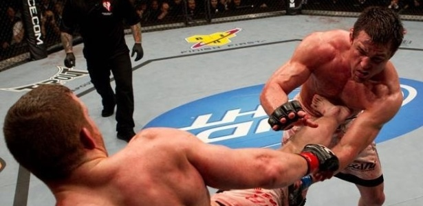 Chael Sonnen  atingido por chute no corpo durante combate pelo UFC