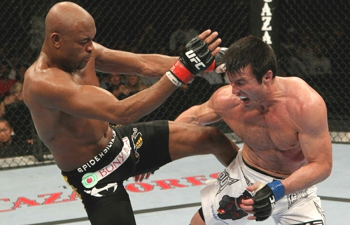 Chael Sonnen faz cara de dor com chute de Anderson Silva, na vitria sofrida do brasileiro no UFC 117, em 2010