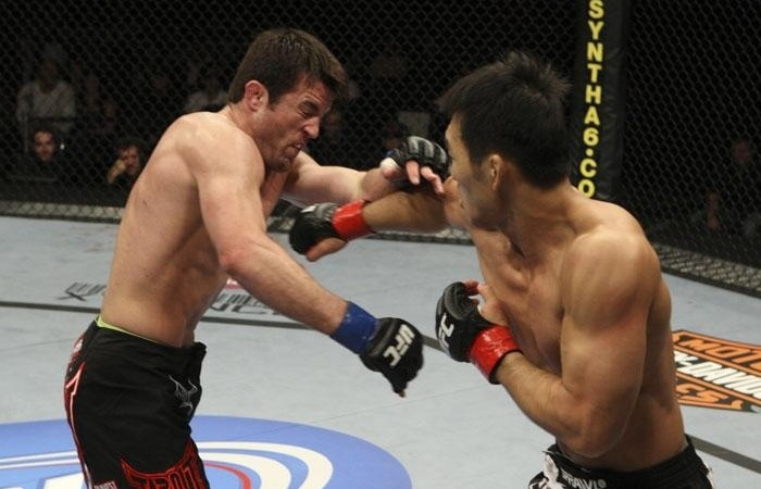 Chael Sonnen sofre com Yushin Okami na trocao, mas vence combate por pontos no UFC 104, em 2009