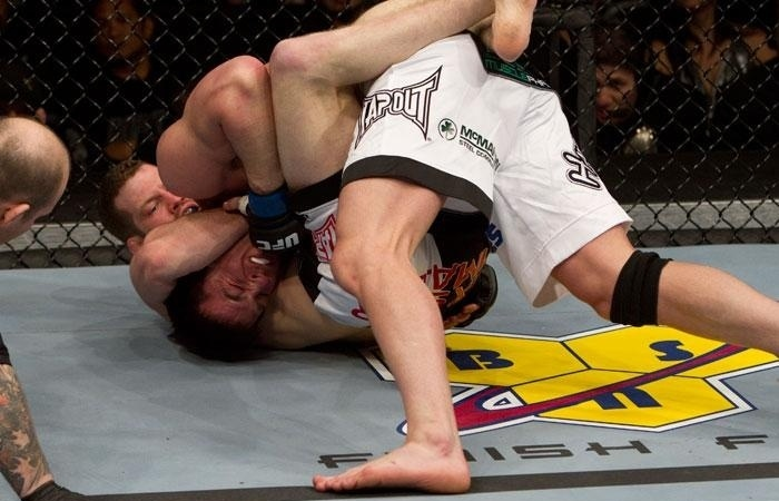 Chael Sonnen tem dificuldades para se safar de uma guilhotina durante combate pelo UFC