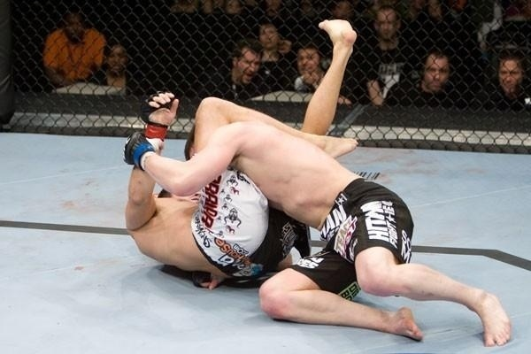 Demian Maia tenta encaixar um tringulo em Chael Sonnen, em sua vitria por finalizao sobre o norte-americano, no UFC 95, em 2009