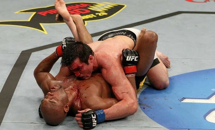 Mesmo dominando Anderson Silva, Chael Sonnen sangra muito em derrota para o brasileiro no UFC 117, em 2010
